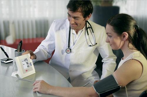Không nhất thiết phải đến bệnh viện, bạn có thể đo huyết áp ngay tại nhà