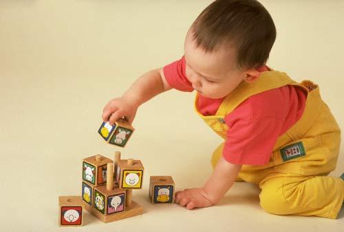 Đồ chơi là người bạn thân thiết của trẻ nhỏ