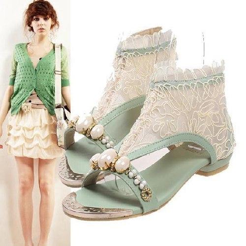 Sự cầu kì của phần quai sandal sẽ giúp che khuyết điểm đôi bàn chân quá dài