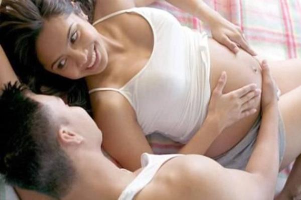 """Lợi hại của làm """"chuyện ấy"""" khi có bầu"""