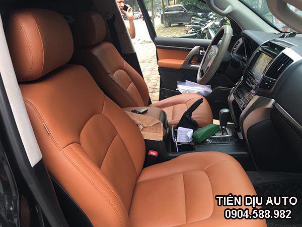 Chất liệu da không chỉ bền đẹp, dễ dàng vệ sinh mà còn nâng tầm thẩm mỹ nội thất chiếc xe của bạn